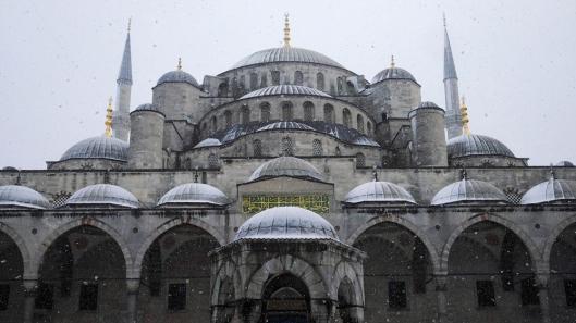 Blue mosque, memiliki 250 jendela dengan dinding yang dibuat dari blok batu dan besi yang direkatkan dengan timah