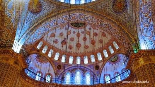 Bagian dalam Masjid memiliki ukuran panjang 51 meter dan lebar 53 meter dinaungi sebuah kubah dengan garis tengah sepanjang 23, 5 meter
