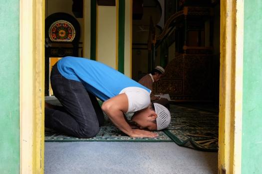 Jemaah sedang sholat di dalam Masjid