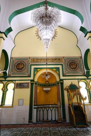 Kaligrafi di dinding masjid