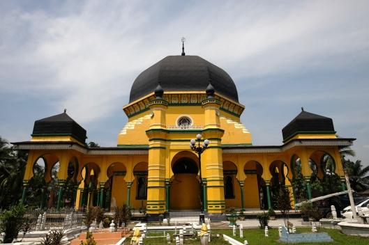 tampak depan terlihat ciri khas bangunan Masjid Andalusia, Arab dan India