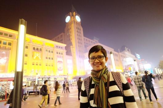 Menikmati malam di Wangfujing (Fujifilm XT1, lensa XF 14 mm f 2.8, ISO 2000, f 2.8, exposure time 1/45 sec, photo by Arman)