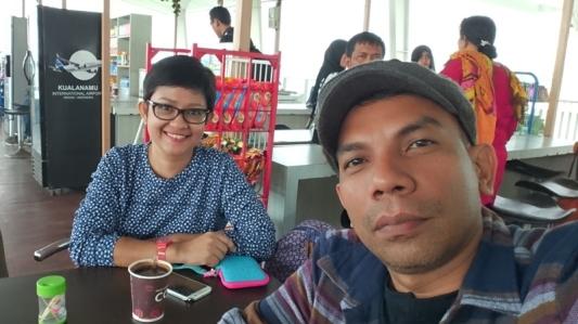 Aku dan Molly menikmati kopi di bandara Kuala Namu Medan sebelum memulai perjalanan (Sony Experia Z 3+ front camera, mode auto)