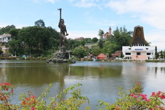 Patung pahlawan Toraja terletak di pusat kota Makale
