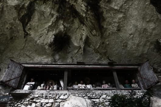 Tao-tao, pahatan manusia utuh di makam Toraja